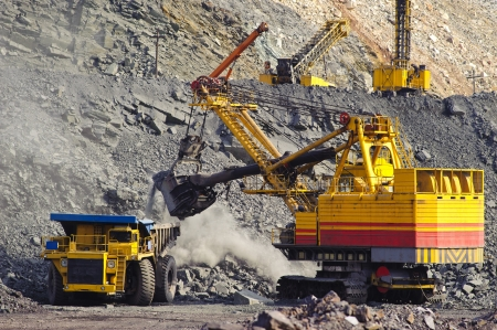 Loading and export of iron ore in career by open way by means of dredges and lorries
