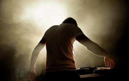 musica electronica: el DJ detr�s del trabajo en el club de noche