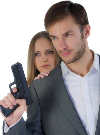 Wachmann mit der Waffe in der Hand und die Frau hinter seinem Rücken auf einem weißen Hintergrund Standard-Bild