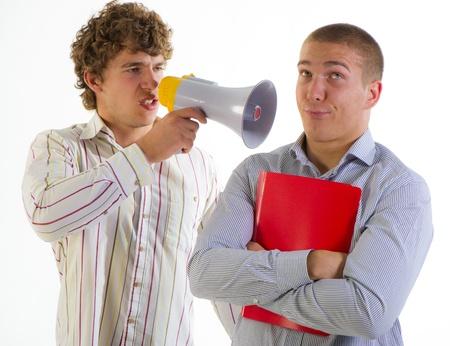 aggressively: imprenditori aggressivamente parlare con il megafono su sfondo chiaro