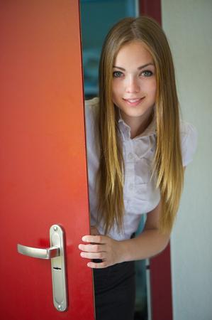 portret van de mooie vrouw met een vloeiende haar en een open deur Stockfoto