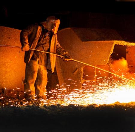 鉄製錬のリリース前にプロ冶金コントロール 写真素材