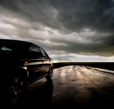 雨上がりの濡れたアスファルト道路上の車
