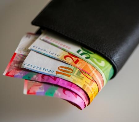 frank szwajcarski: Frank szwajcarski zalety pięćdziesiąt, dziesięć, dwadzieścia w portfelu na światło Zdjęcie Seryjne