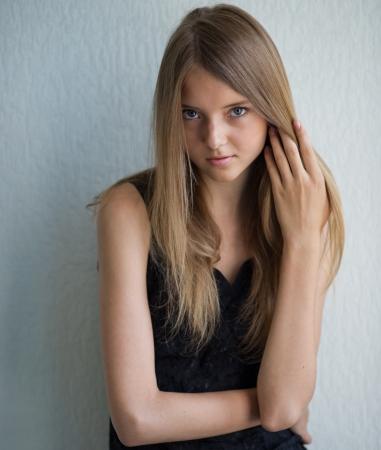 loose hair: Ritratto di una giovane e bella donna che corregge i capelli sciolti