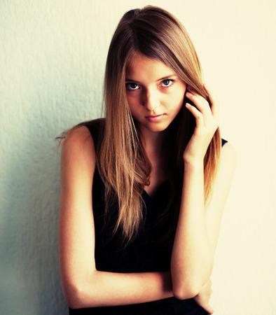 loose hair: ritratto di una bella giovane donna che corregge i capelli sciolti
