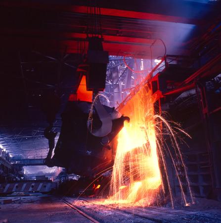 Het gieten van gesmolten metaal Metallurgische industrie gieten vloeibaar metaal in een open gat
