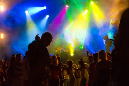 fiestas electronicas: jóvenes en los espectáculos y bailes de clubes nocturnos de entretenimiento de música