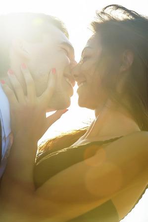 people kissing: couple de jeunes gens s'embrassent