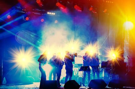 zábava: soubor hrající noční koncert na jevišti Reklamní fotografie