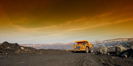 Camión, entrega por el autotransporte de mineral de hierro de un pozo Foto de archivo