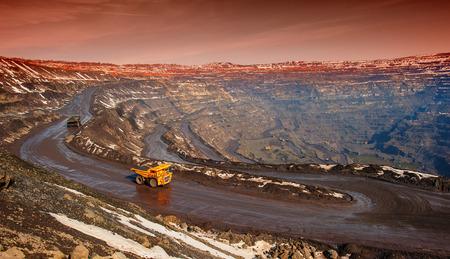 トラック、ピットから鉄鉱石の自動車輸送によって配達 写真素材
