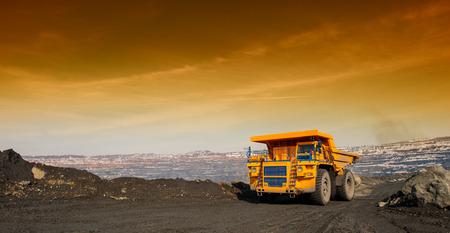 トラック、ピットから鉄鉱石のモーター交通機関で配信 写真素材