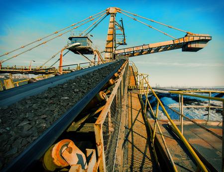 siderurgia: transporte con cinta para la carga de mineral de hierro desde el almacén