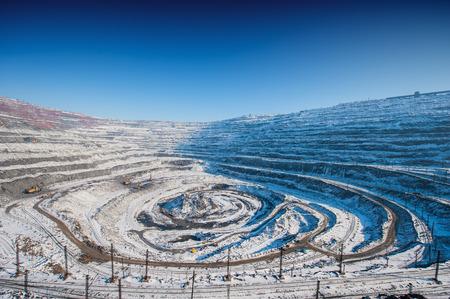 camion minero: mineral de hierro a cielo abierto de la miner�a, cantera Foto de archivo