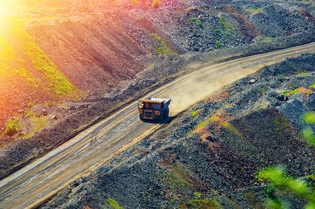 camion minero: volquete y por carretera para los camiones en un pozo de mineral de hierro