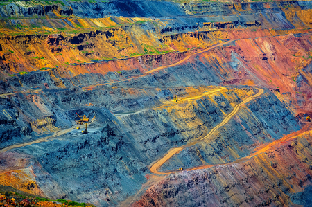 kind of pit, the road and the site of loading and transportation of raw materials in the career of iron ore Standard-Bild