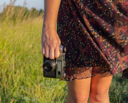 le gambe delle ragazze e la mano con la macchina fotografica Archivio Fotografico