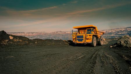 Vervoer met dumptrucks van ijzererts uit de put