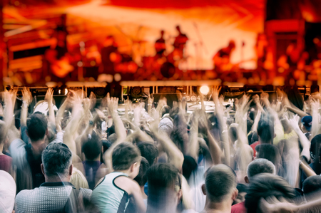 rock band music concert in the alfresco evening and fans. Concert Crowd. Rock music. Blurred background. Banco de Imagens