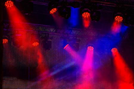 éclairage de scène lors d'un concert d'un groupe de rock. Vue nocturne.