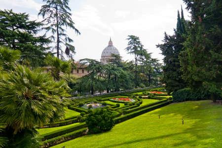 Blick auf den Petersdom Basillica aus den Vatikanischen Gärten