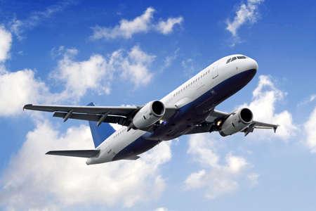 Avión de vuelo o aterrizaje de distancia. Plano-cielo. Avión.