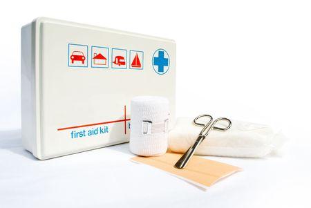botiquin primeros auxilios: Kit de primeros auxilios con vendas y tijeras sobre fondo blanco