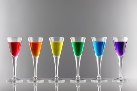 rainbow cocktail: Una fila de bebidas en los colores del arco iris Foto de archivo