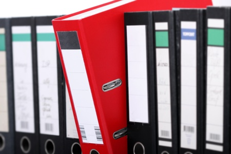 registros contables: Un foldeer en rojo en una fila de los negros.