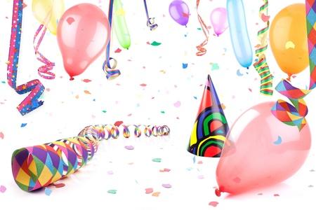 streamers: Serpentinas, globos y sombrero de partido en una lluvia de confeti.