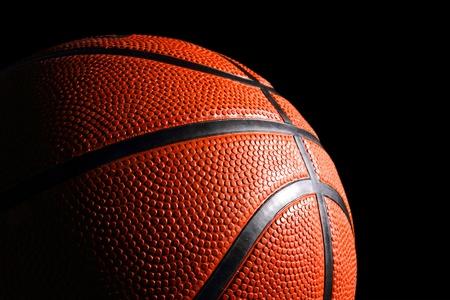 baskettball vor schwarzem Hintergrund