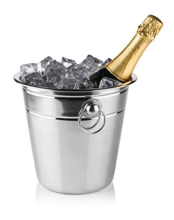 botella champagne: botella de champán en la nevera con cubitos de hielo
