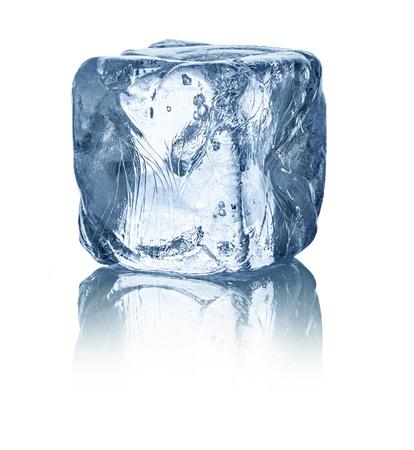 cubetti di ghiaccio: cubetto di ghiaccio di fronte a sfondo bianco