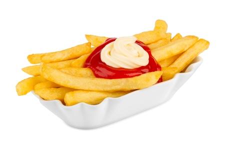 salsa de tomate: tazón de cerámica con francés fritas, ketchup y mayonesa.