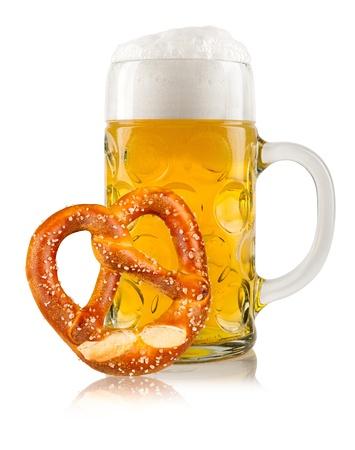 octoberfest: jarra de cerveza con pretzel alemán