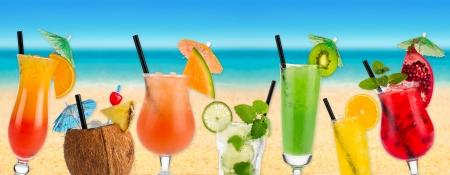 Cocktails in de voorkant van het strand en de zee Stockfoto