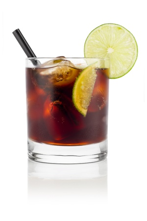 ice crushed: longdrink cuba libre in de voorkant van de witte achtergrond