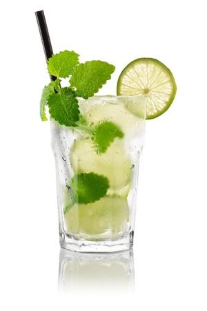 coctel de frutas: C�ctel mojito delante de fondo blanco