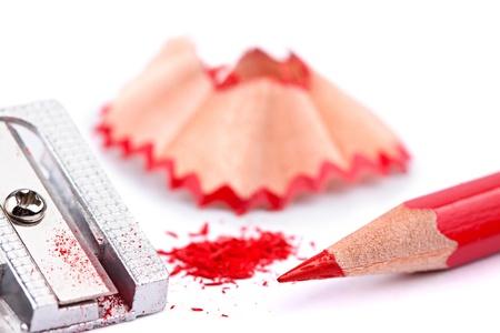 sacapuntas: lápiz rojo y sacapuntas en el fondo blanco