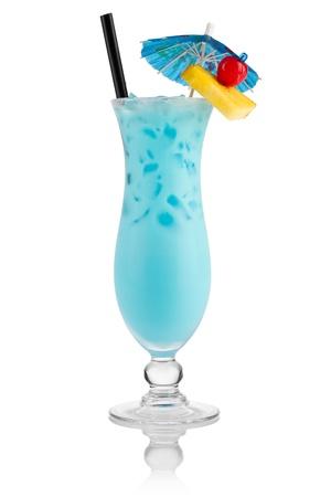 cocteles de frutas: Cocktail piscina delante de fondo blanco