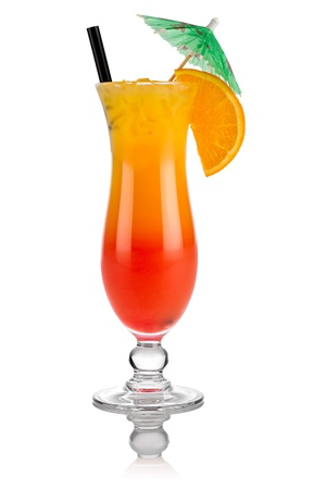 bebidas alcohÓlicas: Cóctel tequila sunrise delante de fondo blanco