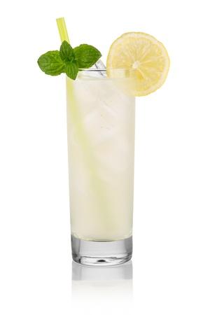 bebidas alcoh�licas: longdrink vodka lim�n en frente de fondo blanco