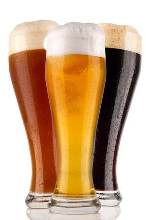 vasos de cerveza: diferentes de cerveza de trigo en frente de fondo blanco Foto de archivo