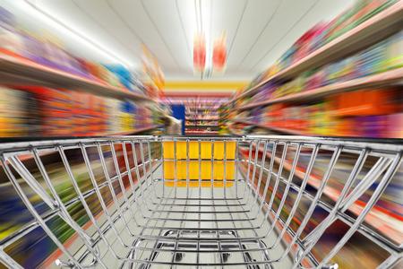 スーパー マーケットで高速のショッピング カート 写真素材