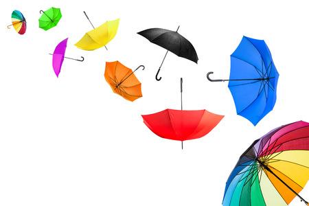 vliegende paraplu's in de voorkant van de witte achtergrond Stockfoto