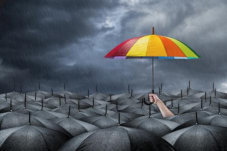 adentro y afuera: arco iris paraguas en masa de paraguas negros