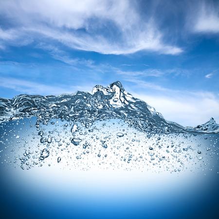 agua: onda de agua con el cielo azul Foto de archivo