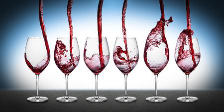 copa de vino: fila de vasos con vino tinto Foto de archivo