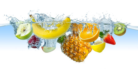 veel vruchten spatten in het water Stockfoto